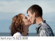 Парень и девушка целуются на пляже. Стоковое фото, фотограф Анастасия Глазнева / Фотобанк Лори