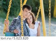 Мужчина и женщина на качелях. Стоковое фото, фотограф Анастасия Глазнева / Фотобанк Лори