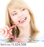 Купить «Девушка-подросток чистит зубы розовой зубной щеткой», фото № 5024508, снято 3 января 2009 г. (c) Syda Productions / Фотобанк Лори
