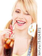Купить «Юная девушка с двумя хвостиками пьет колу со льдом через трубочку», фото № 5024872, снято 31 мая 2009 г. (c) Syda Productions / Фотобанк Лори