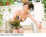 Купить «Энергичная домохозяйка моет полы, стоя на коленях», фото № 5024972, снято 8 июня 2008 г. (c) Syda Productions / Фотобанк Лори