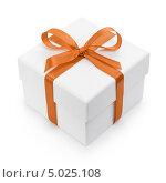 Белая подарочная коробка, перевязанная оранжевой лентой с бантом, фото № 5025108, снято 27 мая 2017 г. (c) Владислав Гудовский / Фотобанк Лори