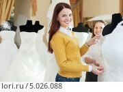 Купить «Девушка в магазине выбирает свадебное платье», фото № 5026088, снято 19 декабря 2012 г. (c) Яков Филимонов / Фотобанк Лори