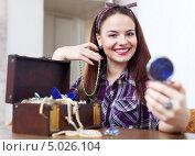 Купить «Счастливая женщина примеряет ювелирные украшения, глядя в карманное зеркальце», фото № 5026104, снято 13 января 2013 г. (c) Яков Филимонов / Фотобанк Лори