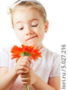 Смешная маленькая девочка с цветком. Стоковое фото, фотограф Наталия Македа / Фотобанк Лори