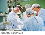Купить «Хирурги в операционной», фото № 5029508, снято 3 сентября 2013 г. (c) Дмитрий Калиновский / Фотобанк Лори