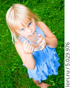 Купить «Девочка пьёт воду из стеклянной кружки», фото № 5029976, снято 30 августа 2013 г. (c) Дмитрий Наумов / Фотобанк Лори