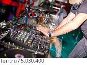 Купить «Диджей за микшерным пультом», фото № 5030400, снято 7 октября 2012 г. (c) Никончук Алексей / Фотобанк Лори