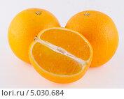 Купить «Три апельсина на белом фоне», фото № 5030684, снято 7 сентября 2013 г. (c) Литвяк Игорь / Фотобанк Лори
