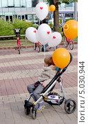 """Купить «Ребенок в коляске, к которой привязаны шарики с надписью """"Я люблю Москву""""», эксклюзивное фото № 5030944, снято 7 сентября 2013 г. (c) Илюхина Наталья / Фотобанк Лори"""
