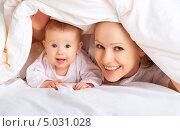 Купить «Счастливая мама и ребенок играют под одеялом», фото № 5031028, снято 4 февраля 2013 г. (c) Евгений Атаманенко / Фотобанк Лори