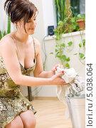 Купить «Привлекательная домохозяйка в платье моет пол тряпкой», фото № 5038064, снято 8 июня 2008 г. (c) Syda Productions / Фотобанк Лори