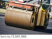 Купить «Дорожный каток на укладке асфальта», фото № 5041960, снято 8 сентября 2013 г. (c) Дмитрий Калиновский / Фотобанк Лори