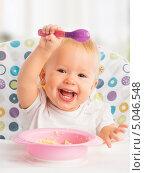 Купить «Счастливый малыш учится есть ложкой», фото № 5046548, снято 9 сентября 2013 г. (c) Евгений Атаманенко / Фотобанк Лори