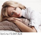Купить «Грустная девушка дома», фото № 5047824, снято 24 марта 2013 г. (c) Гладских Татьяна / Фотобанк Лори