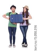 Молодая пара студентов с чемоданом на белом фоне. Стоковое фото, фотограф Elnur / Фотобанк Лори