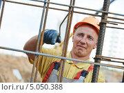 Купить «Работник в спецодежде на стройке», фото № 5050388, снято 10 сентября 2013 г. (c) Дмитрий Калиновский / Фотобанк Лори