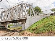 Железнодорожный мост на железной дороге, эксклюзивное фото № 5052008, снято 22 июля 2012 г. (c) Алёшина Оксана / Фотобанк Лори
