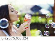 Купить «Девушка пускает мыльные пузыри», фото № 5053324, снято 6 июня 2013 г. (c) Raev Denis / Фотобанк Лори