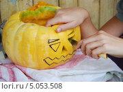 Купить «Хэллоуин. Вырезаем тыкву», фото № 5053508, снято 22 августа 2013 г. (c) Тавруева Надежда / Фотобанк Лори