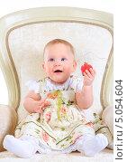 Купить «Годовалая девочка в светлом платье на кресле с игрушкой», фото № 5054604, снято 26 октября 2012 г. (c) Андрей Армягов / Фотобанк Лори
