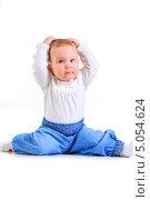 Купить «Годовалая девочка сидит на полу в студии», фото № 5054624, снято 26 октября 2012 г. (c) Андрей Армягов / Фотобанк Лори