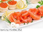 Купить «Нарезанный лосось и тарталетки с красной икрой», фото № 5056352, снято 8 сентября 2013 г. (c) Наталия Пыжова / Фотобанк Лори