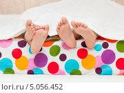 Детские ноги в кровати. Стоковое фото, фотограф Tanya Lomakivska / Фотобанк Лори