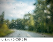 Купить «Капли воды на стекле автомобиля», фото № 5059516, снято 12 августа 2013 г. (c) Anelina / Фотобанк Лори