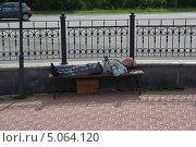 Фотограф лежит на скамейке, отдыхает после работы (2013 год). Редакционное фото, фотограф Евгений Волвенко / Фотобанк Лори