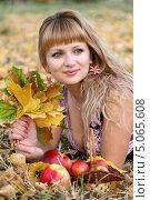 Красивая девушка с кленовыми листьями и яблоками в осеннем парке. Стоковое фото, фотограф Андрей Новосёлов / Фотобанк Лори