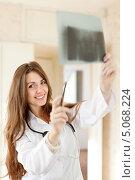 Купить «Молодая врач с рентгеновским снимком», фото № 5068224, снято 20 октября 2012 г. (c) Яков Филимонов / Фотобанк Лори