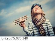 Мальчик с игрушечным самолетом на фоне неба. Стоковое фото, фотограф Raev Denis / Фотобанк Лори