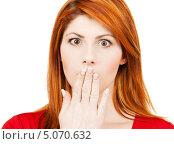 Купить «Удивленная молодая женщина прикрывает ладонью рот», фото № 5070632, снято 10 октября 2009 г. (c) Syda Productions / Фотобанк Лори