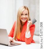 Купить «Красивая девушка в красном пиджаке расплачивается картой за покупки по интернету», фото № 5071008, снято 30 марта 2013 г. (c) Syda Productions / Фотобанк Лори