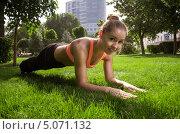 Купить «Девушка занимается йогой в парке мегаполиса», фото № 5071132, снято 13 августа 2013 г. (c) Олег Шеломенцев / Фотобанк Лори