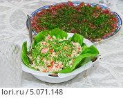 Купить «Оригинальный салат из морепродуктов и свежей зелени на столе», эксклюзивное фото № 5071148, снято 24 мая 2012 г. (c) Алёшина Оксана / Фотобанк Лори
