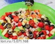 Купить «В овощной салат с креветками добавляют масло», эксклюзивное фото № 5071168, снято 24 мая 2012 г. (c) Алёшина Оксана / Фотобанк Лори