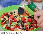 Купить «В овощной салат с креветками добавляют соус», эксклюзивное фото № 5071172, снято 24 мая 2012 г. (c) Алёшина Оксана / Фотобанк Лори