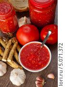 Купить «Острая закуска  из помидоров и хрена», фото № 5071372, снято 21 сентября 2013 г. (c) Владимир Мельников / Фотобанк Лори