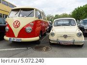 Купить «Автомобили Fiat Abarth 750 и Volkswagen Type 2», фото № 5072240, снято 11 мая 2013 г. (c) Sergey Kohl / Фотобанк Лори