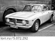 Купить «Автомобиль Alfa Romeo GT 1300 Junior. Черно-белый. Стилизация под пленку. Крупное зерно», фото № 5072292, снято 11 мая 2013 г. (c) Sergey Kohl / Фотобанк Лори