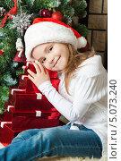 Купить «Счастливая девочка с подарками около новогодней елки», фото № 5073240, снято 4 ноября 2012 г. (c) Оксана Гильман / Фотобанк Лори