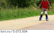 Купить «Девочка катается на роликовых коньках», видеоролик № 5073504, снято 6 сентября 2013 г. (c) Сергей Новиков / Фотобанк Лори