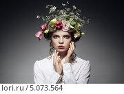 Купить «Портрет красивой молодой женщины с цветами в волосах, темный фон», фото № 5073564, снято 28 августа 2013 г. (c) Максим Бондарчук / Фотобанк Лори