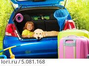 Купить «Счастливый мальчик и собака сидят в багажнике автомобиля», фото № 5081168, снято 3 августа 2013 г. (c) Сергей Новиков / Фотобанк Лори
