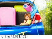 Купить «Счастливый мальчик сидит в багажнике автомобиля», фото № 5081172, снято 3 августа 2013 г. (c) Сергей Новиков / Фотобанк Лори
