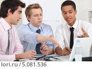 Купить «Коллеги решают в офисе рабочие вопросы», фото № 5081536, снято 8 февраля 2011 г. (c) Phovoir Images / Фотобанк Лори