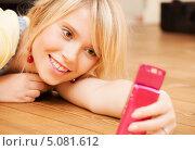 Купить «Молодая женщина с современным мобильным телефоном или смартфоном», фото № 5081612, снято 28 июня 2009 г. (c) Syda Productions / Фотобанк Лори