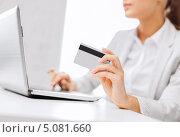 Купить «Молодая женщина перед компьютером с кредитной картой», фото № 5081660, снято 1 июня 2013 г. (c) Syda Productions / Фотобанк Лори